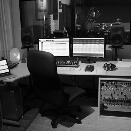 http://revitalrecords.es/wp-content/uploads/2014/12/sala-estudio-home.jpg
